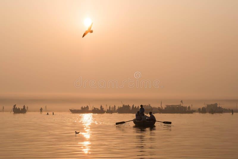 Łodzie na Ganges rzece przy wschodem słońca w Varanasi, India fotografia stock