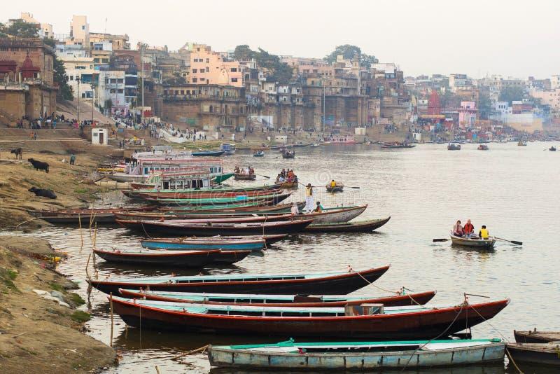 Łodzie na Ganges rzece w Varanasi, Uttar Pradesh, India obrazy stock
