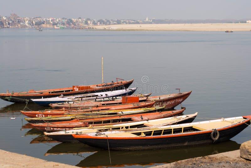 Łodzie na Ganges rzece w Varanasi, Uttar Pradesh, India zdjęcie stock