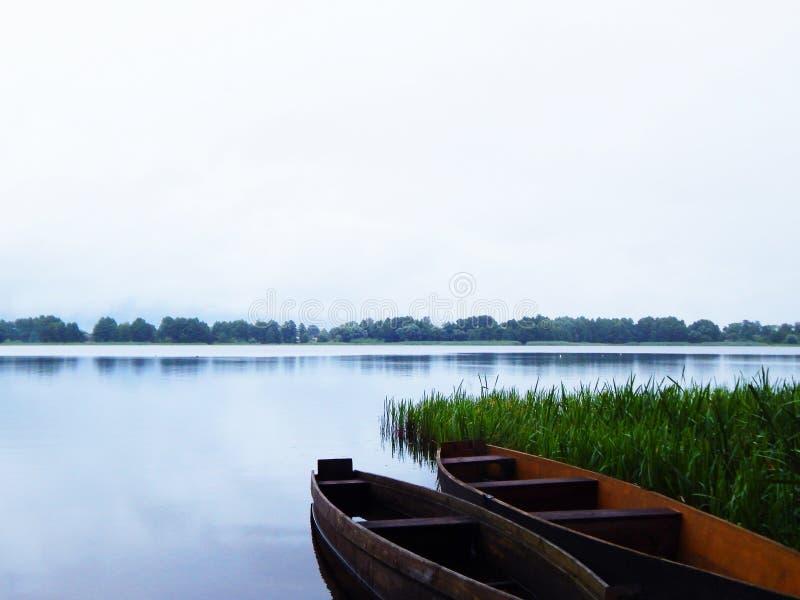 Łodzie na jeziorze zdjęcia royalty free
