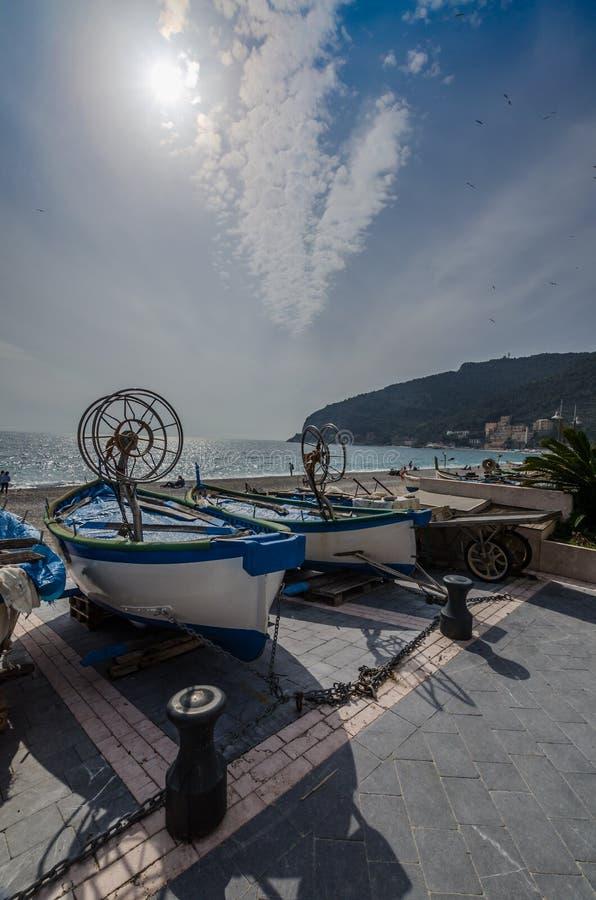 Łodzie na molu Noli, prowincja Savona w Liguria obrazy royalty free