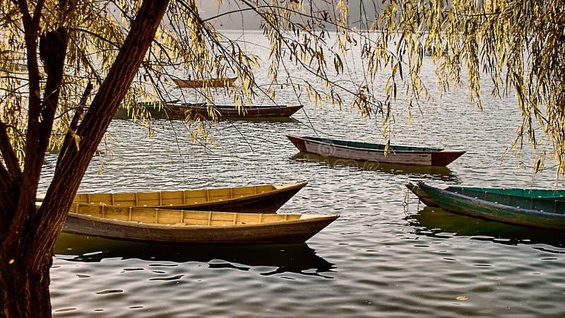 Łodzie na Phewa jeziorze, Pokhara fotografia stock