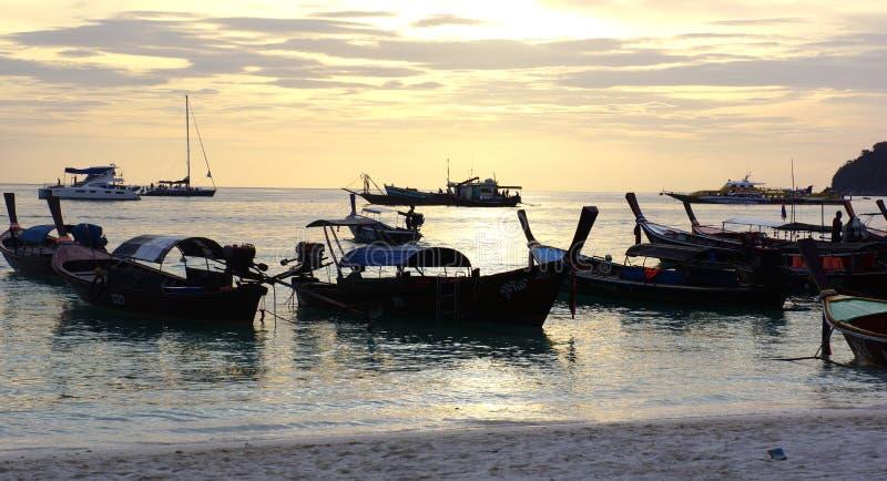 Łodzie na plaży fotografia stock