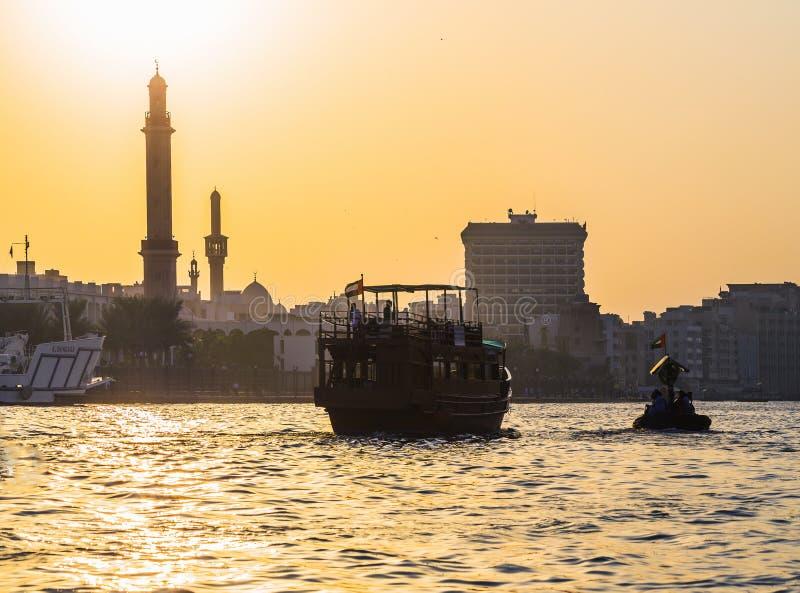 Łodzie na Podpalanej zatoczce w Dubaj, UAE obrazy royalty free