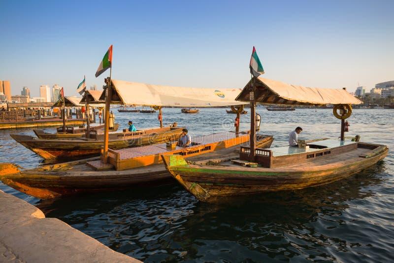Łodzie na Podpalanej zatoczce w Dubaj, UAE obrazy stock