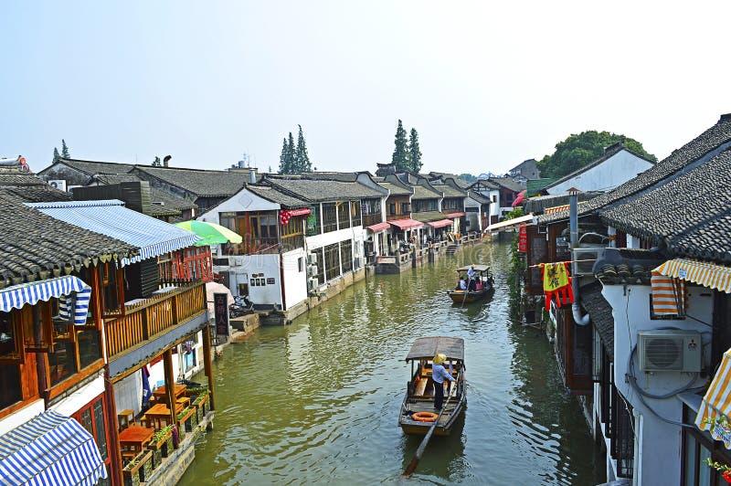 Łodzie na rzece w Szanghaj Zhujiajiao wody miasteczku obrazy stock