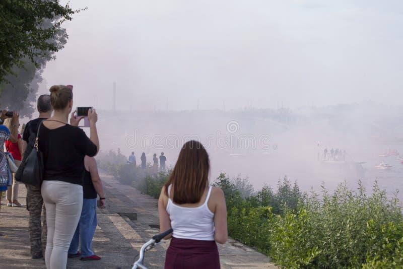 Łodzie na rzecznym Vistula w Warszawa podczas świętowania 75th rocznica Warszawski powstanie zdjęcia royalty free
