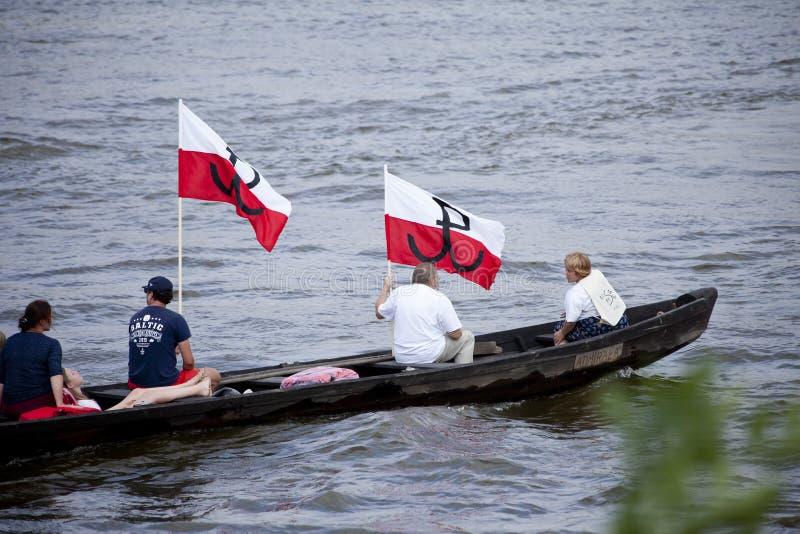 Łodzie na rzecznym Vistula w Warszawa podczas świętowania 75th rocznica Warszawski powstanie fotografia stock