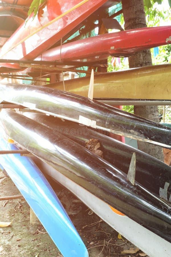 Łodzie na stojakach z Lekkim przeciekiem zdjęcia royalty free