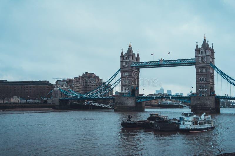 Łodzie na Thames wierza Rzecznym pobliskim moscie w Londyn obrazy royalty free