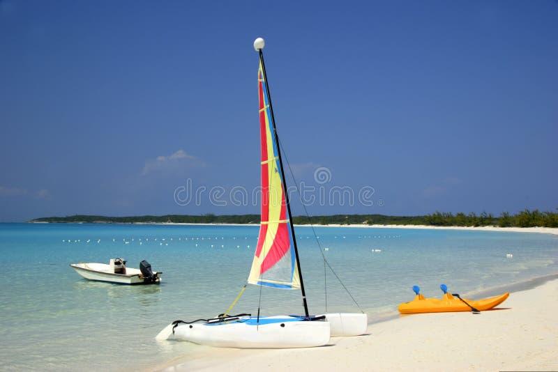 Łodzie na tropikalnej plaży obraz stock