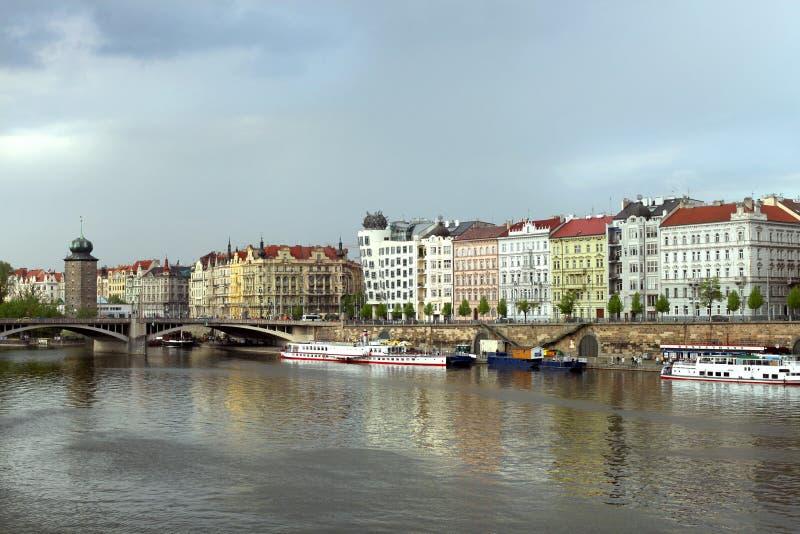 Łodzie na Vltava rzece blisko Juraskuv mosta fotografia stock
