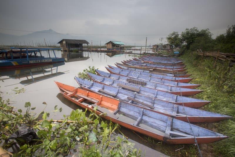 Łodzie parkuje przy Rawa Pening jezioro, Indonezja zdjęcie royalty free