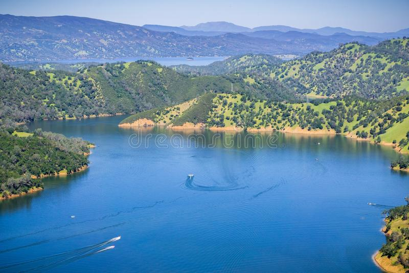 Łodzie po opuszczać przyjemności zatoczkę w południowym Berryessa jeziorze od Stebbins Zimnego jaru, Napy dolina, Kalifornia obraz royalty free