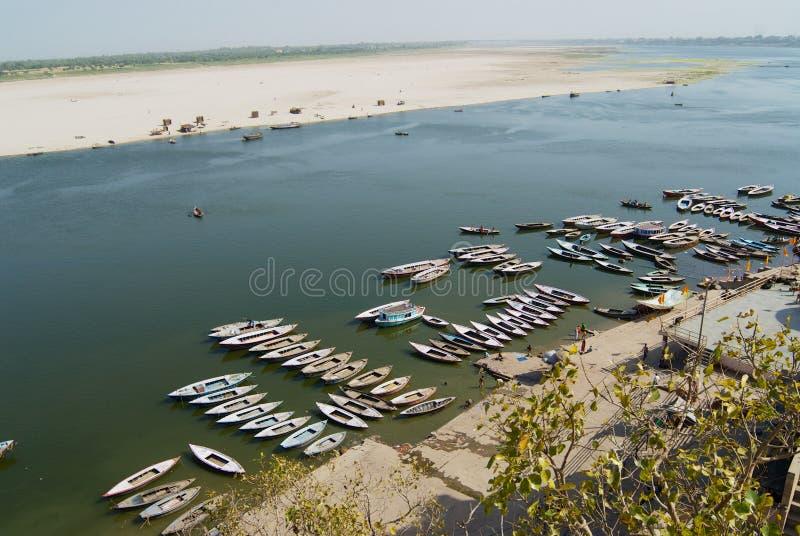 Łodzie przy bankiem Święta Ganges rzeka w Varanasi, India fotografia stock