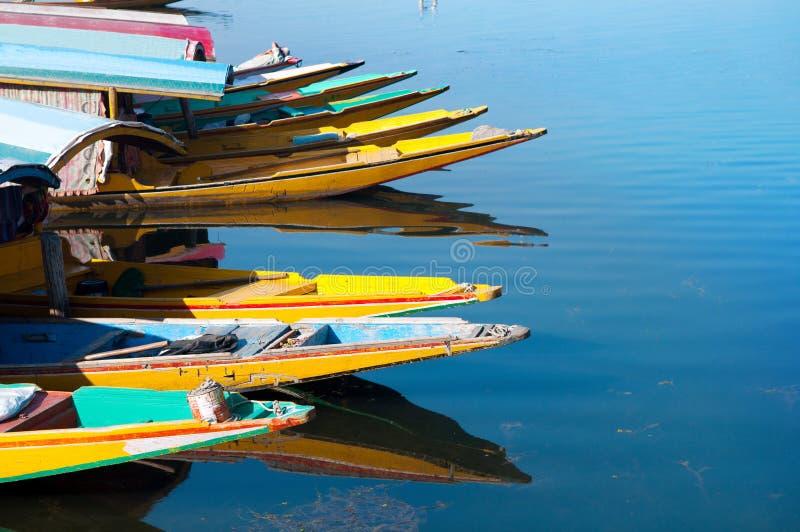 Łodzie przy Dal jeziorem Srinagar zdjęcie royalty free