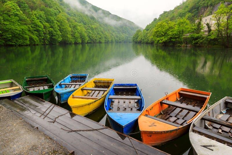 Łodzie przy jeziorem obrazy stock