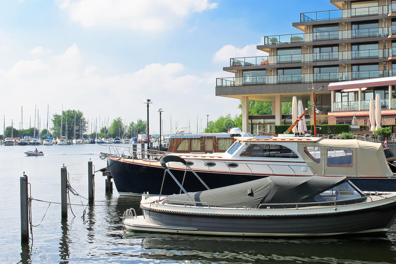 Łodzie przy marina Huizen. zdjęcia royalty free