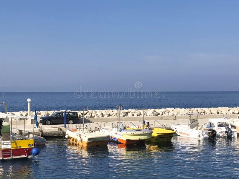 łodzie przy molem po pracy na morzu obraz stock