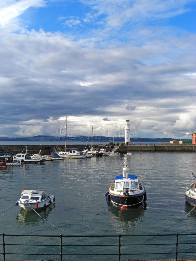 Łodzie przy Newhaven latarnią morską, Edynburg, Szkocja, Zjednoczone Królestwo obrazy stock