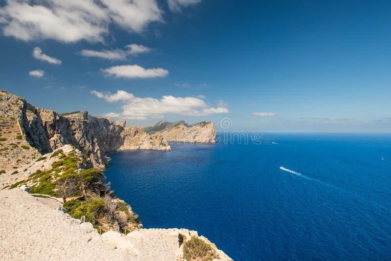 Łodzie przy wybrzeżem Mallorca Wyspy fotografia royalty free