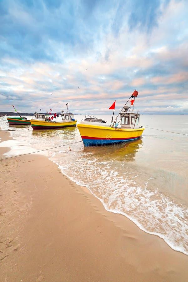 Łodzie rybackie na plaży morze bałtyckie fotografia stock