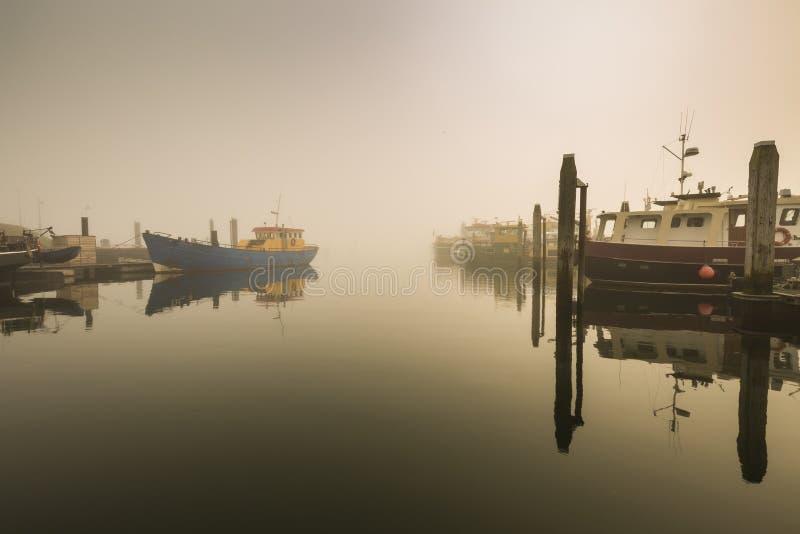 Łodzie rybackie oczekuje opóźniającego odjazd w schronienia należnym ciężki obrazy stock