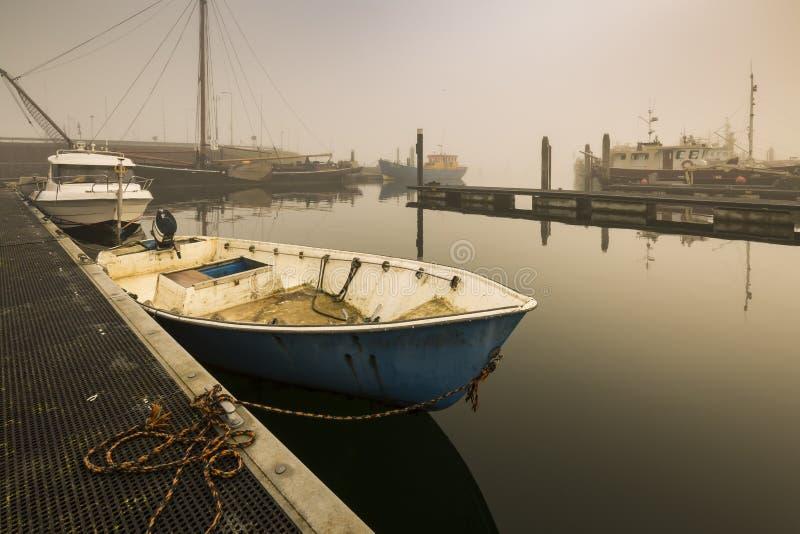 Łodzie rybackie oczekuje opóźniającego odjazd w schronienia należnym ciężki obraz stock