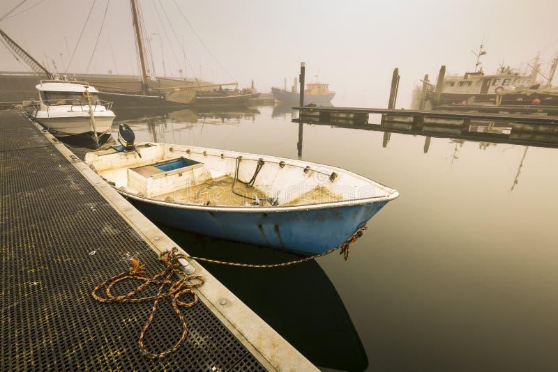 Łodzie rybackie oczekuje opóźniającego odjazd w schronienia należnym ciężki zdjęcia stock