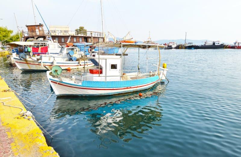 Łodzie rybackie przy portem Eleusis Grecja obrazy stock