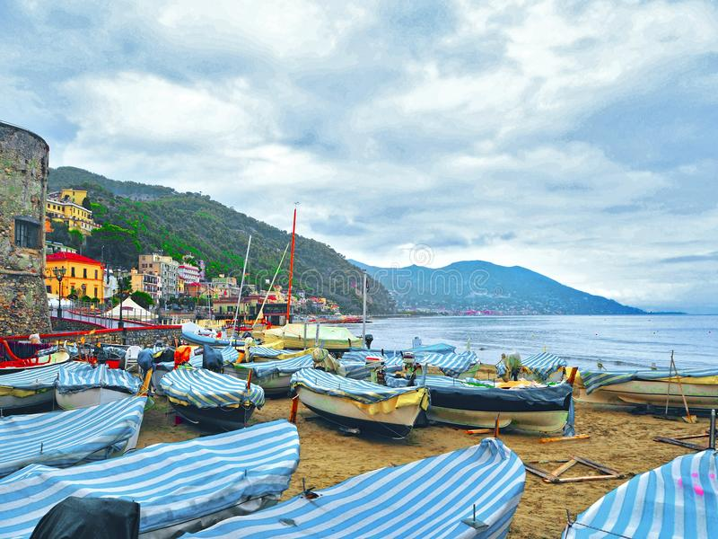 Łodzie rybackie w chmurnej pogodzie na plaży Laigueglia, Savona, Liguria, Liguryjski morze, Włochy obrazy stock