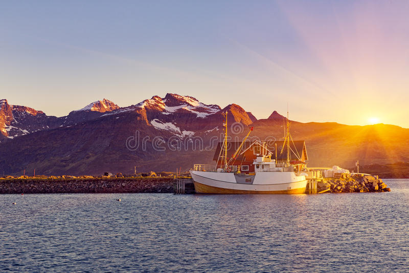 Łodzie rybackie w schronieniu przy midnight słońcem w Północnym Norwegia, Lofo obraz stock