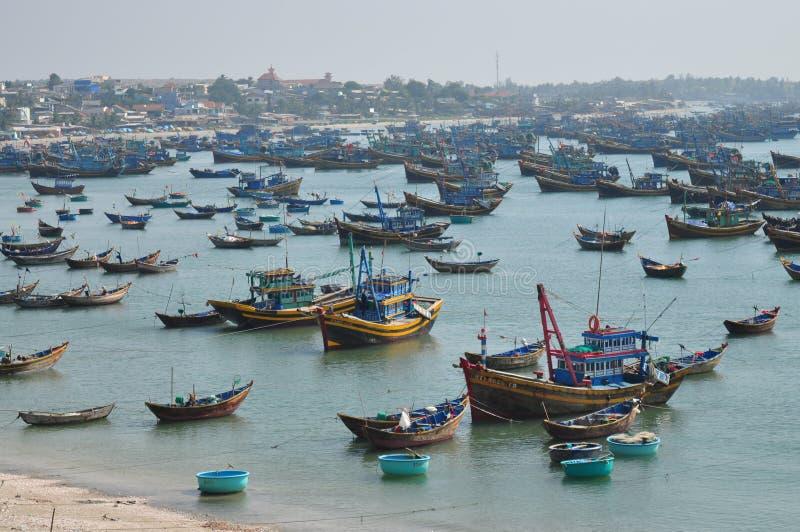 Łodzie rybackie w zatoce Mui Ne zdjęcie stock