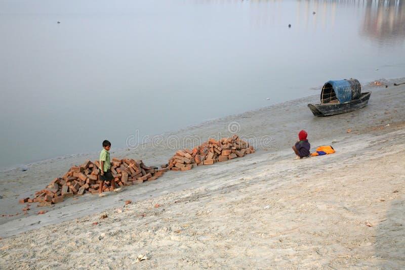 Łodzie rybacy splatali w błocie przy niskim przypływem na rzecznym Malta pobliskim Konserwuje miasteczku, India zdjęcia royalty free