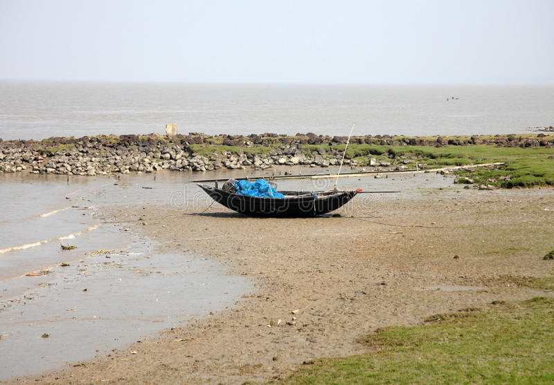 Łodzie rybacy splatali w błocie przy niskim przypływem na wybrzeżu zatoka bengalska fotografia stock