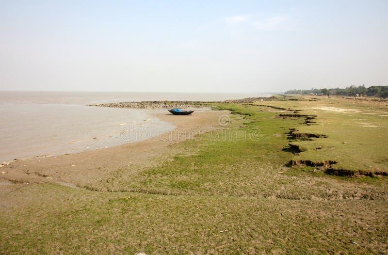 Łodzie rybacy splatali w błocie przy niskim przypływem na wybrzeżu zatoka bengalska zdjęcia stock