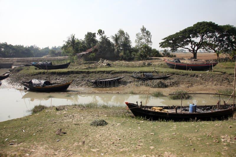 Łodzie rybacy splatali w błocie przy niskim przypływem na wybrzeżu zatoka bengalska obrazy stock