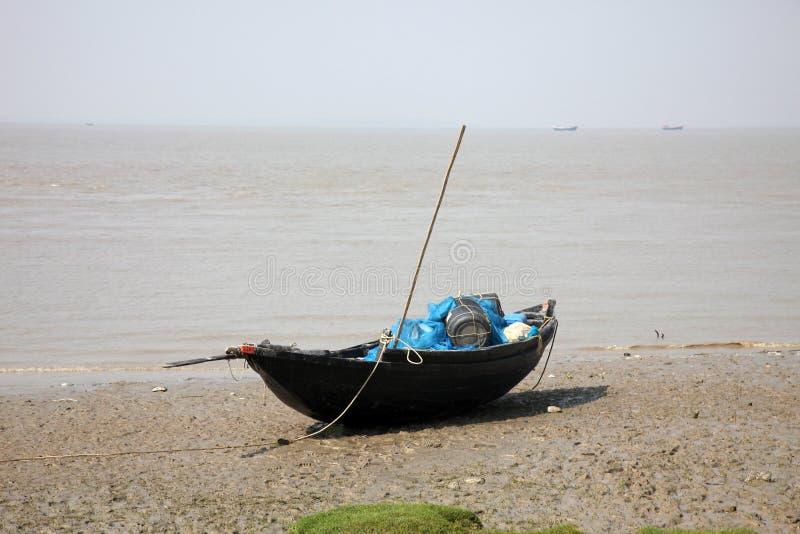 Łodzie rybacy splatali w błocie przy niskim przypływem na wybrzeżu zatoka bengalska obraz royalty free