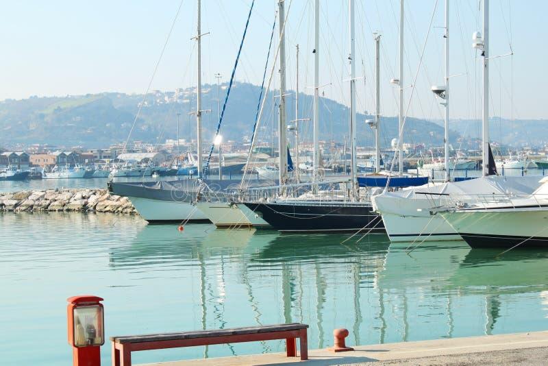 łodzie target1589_1_ port zdjęcia stock