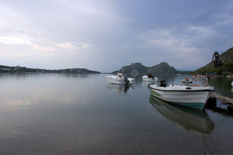 łodzie uspokajają jeziora fotografia royalty free