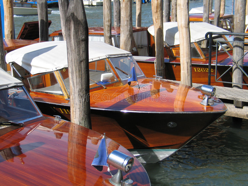 łodzie Włoch cumujący Wenecji obrazy stock