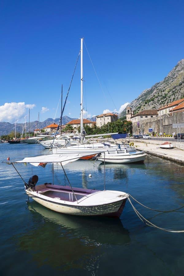 Łodzie w błękitnym morzu, Kotor, Montenegro zdjęcie royalty free