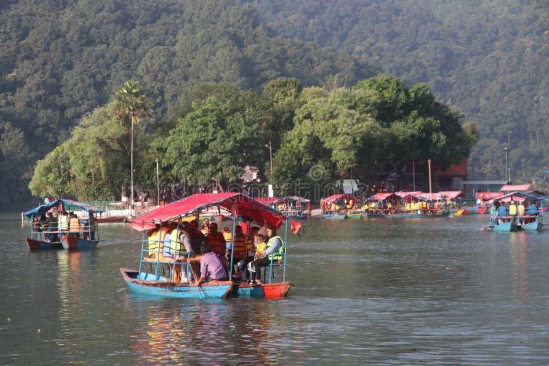 Łodzie w fewa tal, fewa jezioro Nepal Ludzie pływający w stronę świątyni wyspy zdjęcie stock