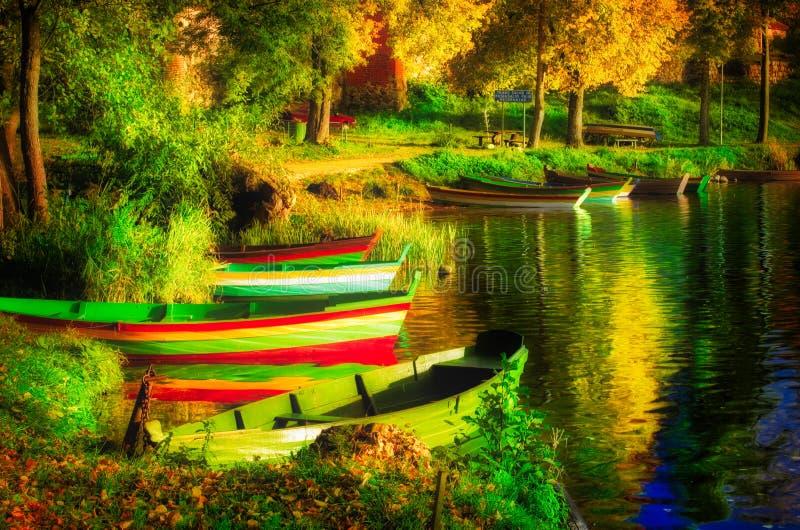 Łodzie w jeziorze, sceniczny krajobraz zdjęcie stock