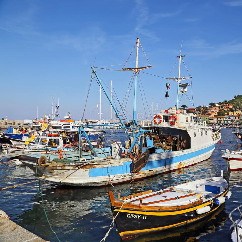 Łodzie w małym schronieniu Giglio wyspa perła morze śródziemnomorskie Tuscany, Włochy, - zdjęcia royalty free