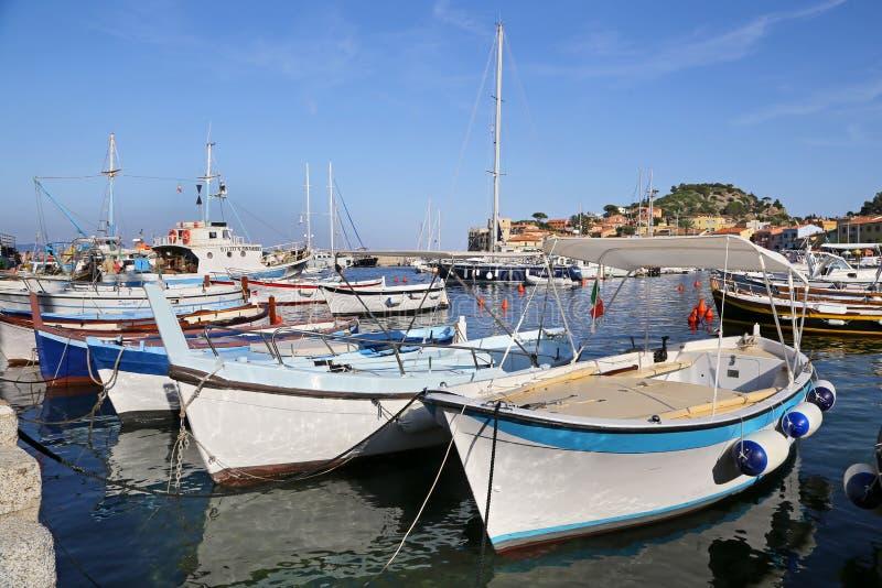 Łodzie w małym schronieniu Giglio wyspa perła morze śródziemnomorskie Tuscany, Włochy, - zdjęcie stock
