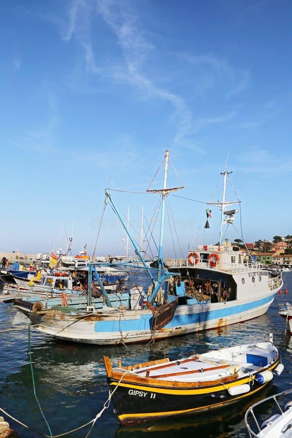 Łodzie w małym schronieniu Giglio wyspa perła morze śródziemnomorskie Tuscany, Włochy, - obrazy stock
