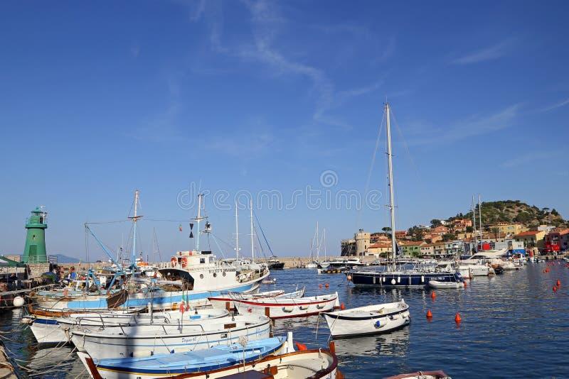 Łodzie w małym schronieniu Giglio wyspa perła morze śródziemnomorskie Tuscany, Włochy, - fotografia royalty free