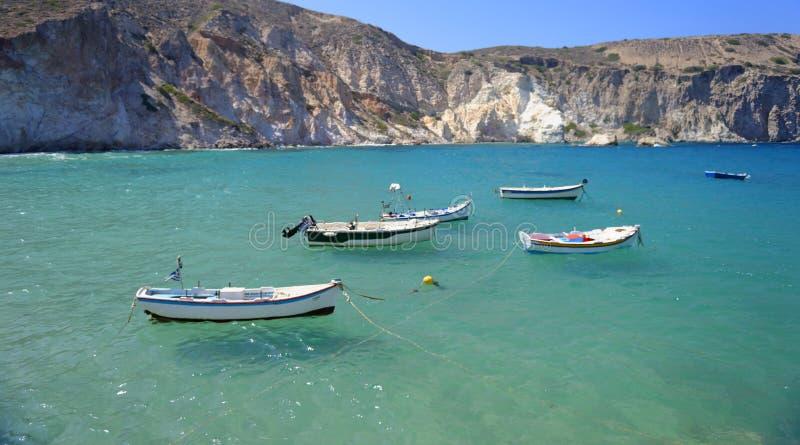Łodzie w Mandrakia zatoce na Milos zdjęcia royalty free