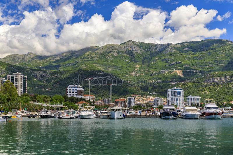 Łodzie w marina Starym miasteczkiem w Budva Montenegro na Adriatyckim morzu i porcie zdjęcie stock